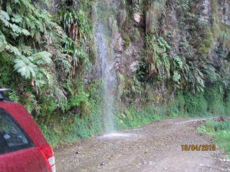 Cascade d'eau sur la route de la mort