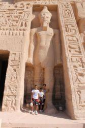 Abou Simbel, le petit temple avec la staue de RamsesII