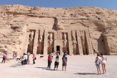 Abou Simbel, temple de Nefertari avec les statues de Ramses et Nefertari