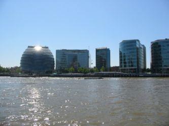 A gauche, Hôtel de Ville de Londres