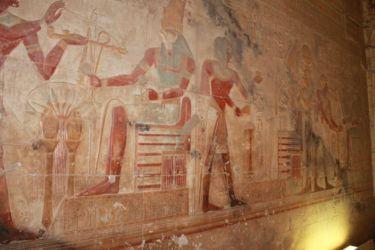 Abydos, Horus offre la crosse et le fléau au pharaon
