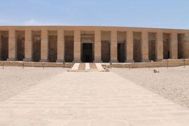 Abydos, entrée du temple avec le portique à 12 piliers