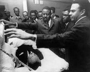 Andrew Young devant le cercueil de M.L. King