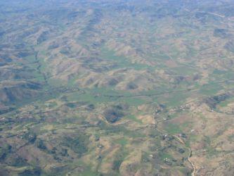 Collines déboisées et vallées vertes