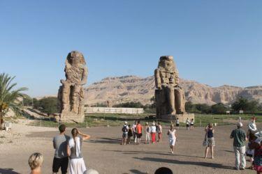 Colosses de Mennon marquant l'entrée du temple d'Amenhotep III