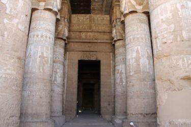 Dendera, allée centrale de la salle hypostyle