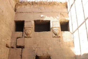 Dendera, chapelle haute avec têtes d'Hathor