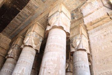 Dendera, la salle hypostyle avec les chapiteaux en forme de tête d'Hathor