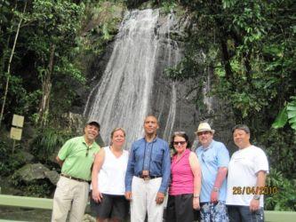 Devant une cascade d'El Yunque