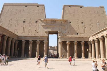 Edfu, cour à portique, entre le 1er et le 2è pylone