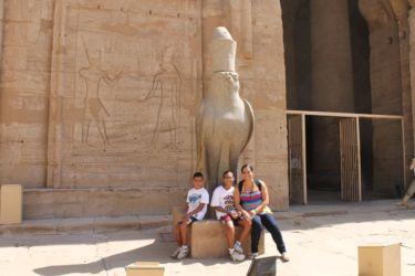 Edfu, satue d'Horus devant le deuxième pylone