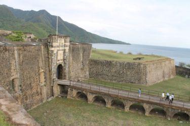 Entrée du Fort Delgès, au loin les Monts Caraïbes