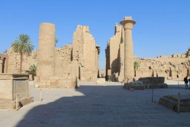 Karnak, double colonnade entre 1er et 2è pylône cour