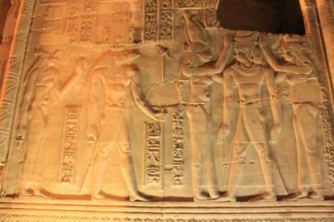 Kom Ombo, Isis et Nephtys couronnant pharaon