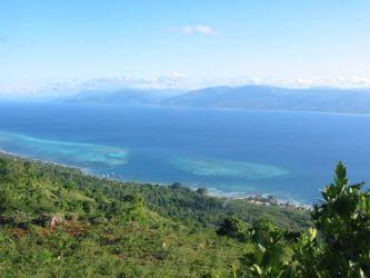 La côte nord-ouest d'Haïti, vue de l'île de la Tortue