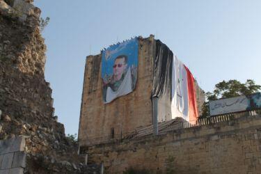 Le Castel Blanc tapissé du portrait de Bachar el Assad
