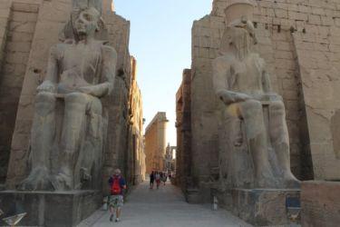 Louxor, entrée avec les 2 colosses de Ramsès II