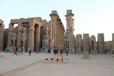 Louxor, première cour avec colosse assis de Ramsès II