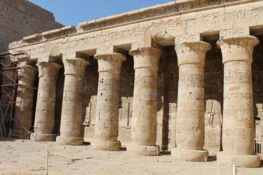 Medinet Habou, portique sud de la 1ère cour, à colonnes papyriformes