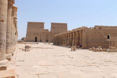 Philae, les deux portiques avnt l'entrée du temple
