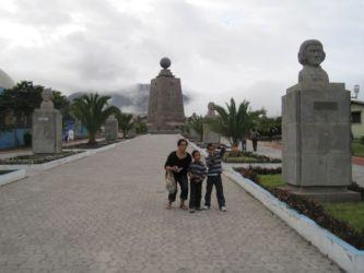 Statues des savants qui accompagnèrent La Condamine en 1735