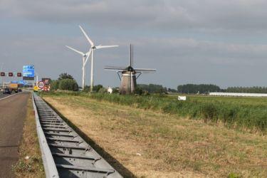 Tradition et modernité (moulin à vent et éolienne)