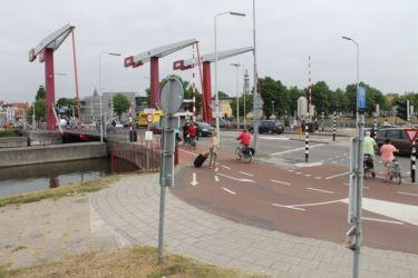 Vélos, voitures et bateau à Middelburg