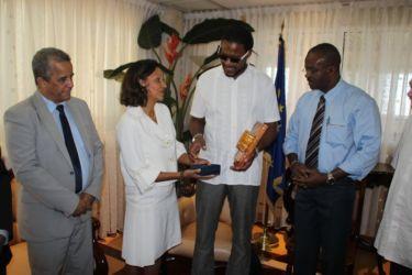 L'ambassadeur cubain et José Sotomayor avec Ary Chalus et Marie-Luce Penchard