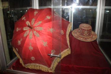 Parapluie et chapeau de Menelik II